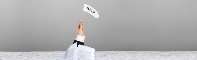 Bild mit einer Hand die eine Fahne hält auf welcher help (englisch: Hilfe) steht - Coaching kann helfen.
