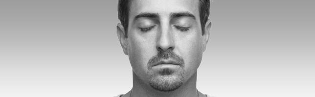 Mann mit geschlossenen Augen.